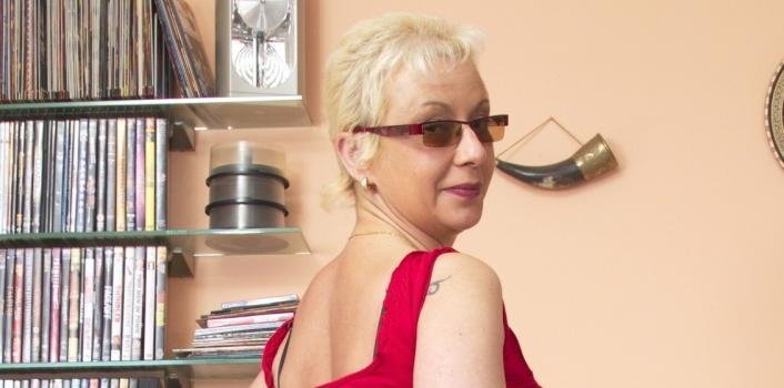 Mature.nl- Naughty housewife with glasses on plays with herself