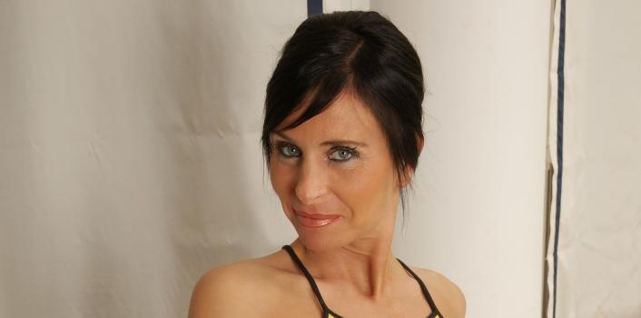 Mature.nl- Hot MILF loves to show off her shaved pussy