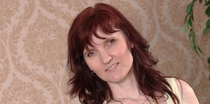 Mature.nl- Horny woman plays with her shaved pussy