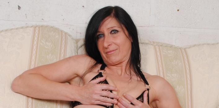 Mature.nl- Horny mature housewife plays with her shaved pussy